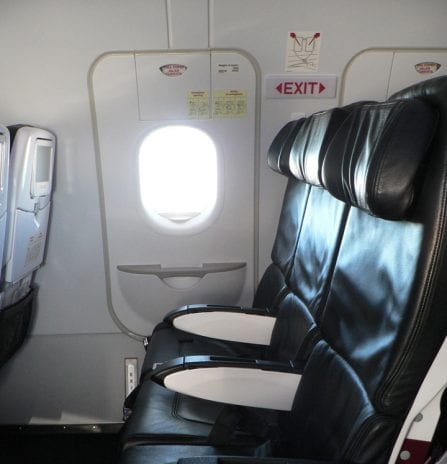 Rahat bir yolculuk için güvenlik çıkışlarındaki koltukları tercih edebilirsiniz