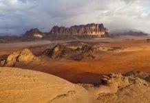 Kırmızı kum tepeleri Wadi Rum