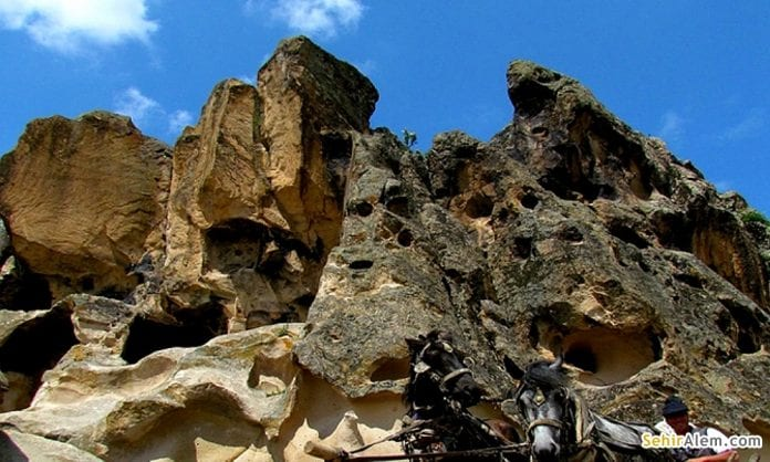 Sarıçay Kaya Mezarları