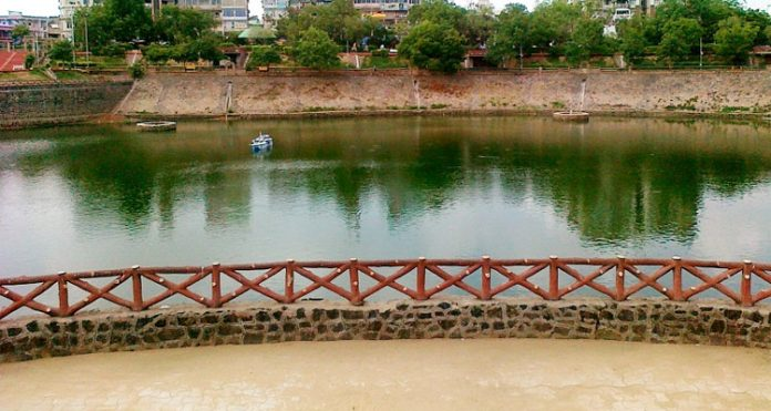 Vastrapur Gölü