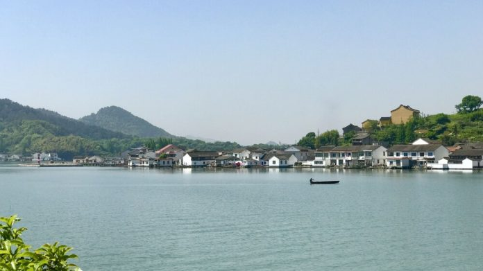Dongqian Gölü