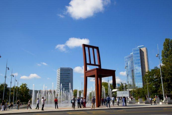 Kırık Sandalye Heykeli