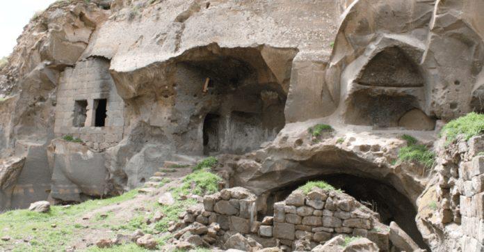 ahlat harabeşehir kaya evleri