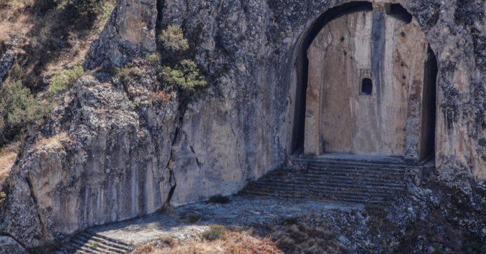 laçin kapılıkaya anıtsal mezarı