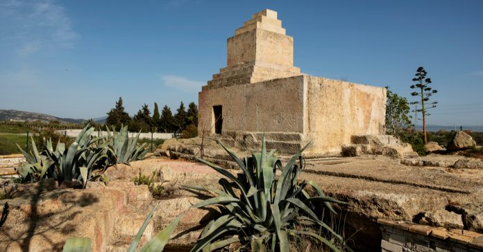 pers mezar anıtı