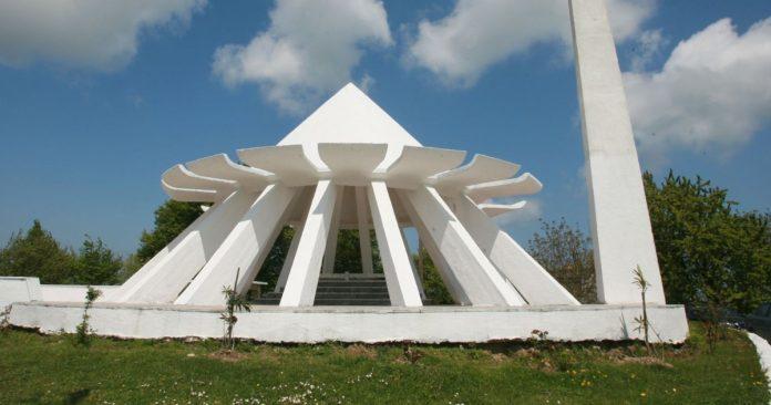 Akçakoca Bey Anıt Mezarı