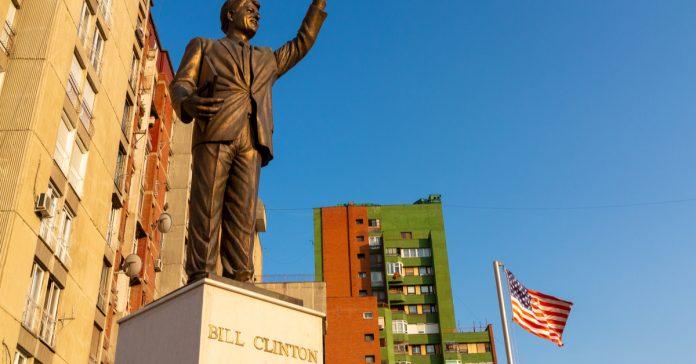 bill clinton anıtı