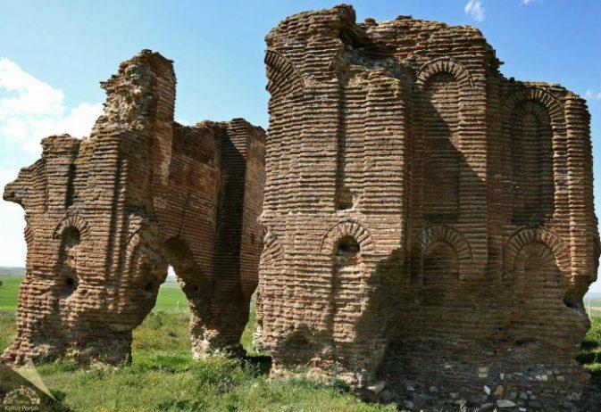 Tarihi Üçayak Kilisesi