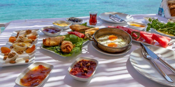 Deniz kenarında kahvaltı