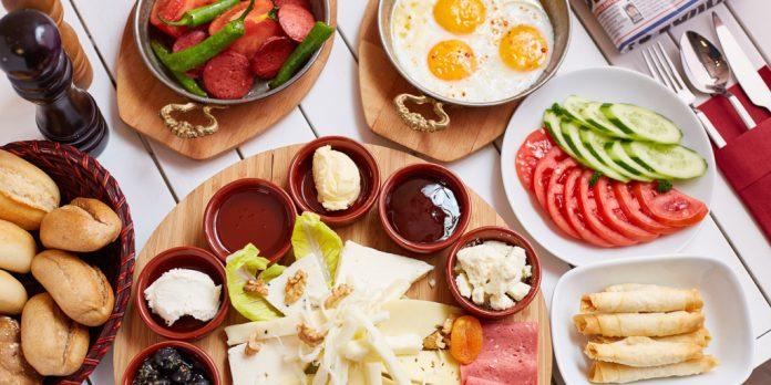 Renkli kahvaltı sofrası