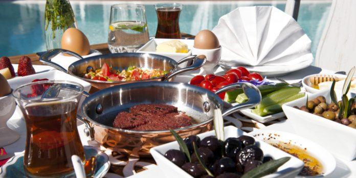 havuz başında serpme kahvaltı masası